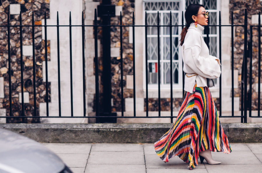 The Best Portable Cameras for Fashion & Travel Bloggers during Fashion Week - London Fashion Week Street Style, Alice and Olivia pleated skirt // Notjessfashion.com