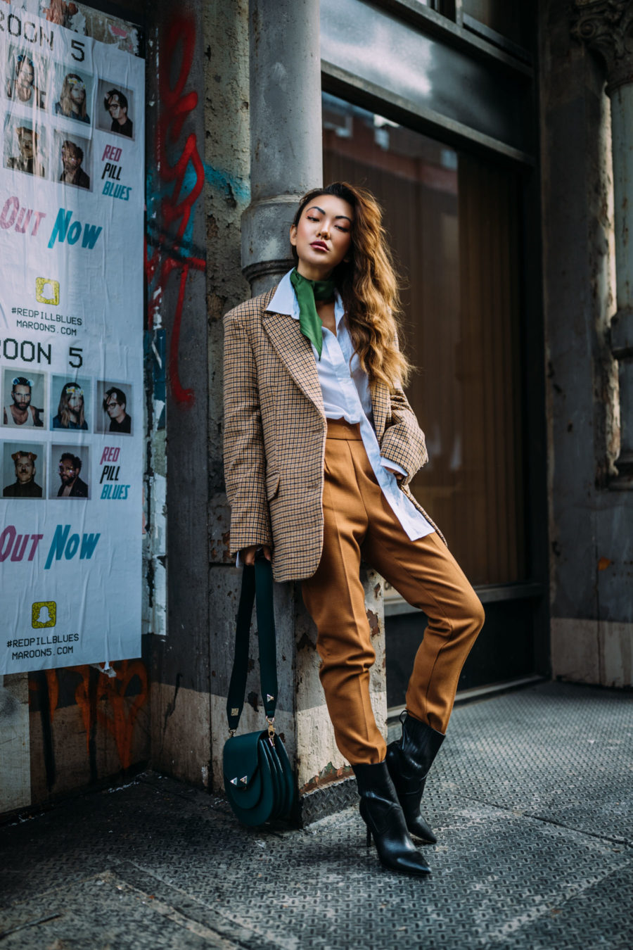 cozy meets chic - the most comfortable on-trend fall outfits, cozy chic outfits - oversized blazer, plaid blazer, menswear inspired fashion, green accessories, oversized tailoring, oversized button up// Jessica Wang - Notjessfashion.com